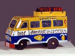 Figurine miniature d'un minibus sénégalais artisanal