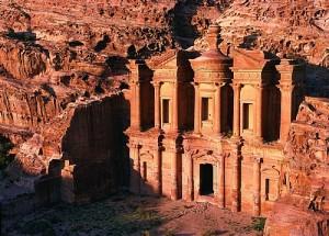 La citée rose taillée dans la roche de Pétra en Jordanie