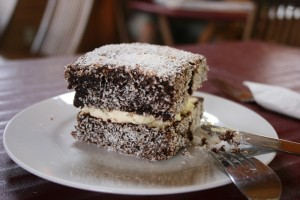 Lamington, gâteau typique enrobé de chocolat et de noix de coco