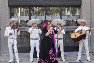 Diva mexicaine sur le parvis du CESE à Paris