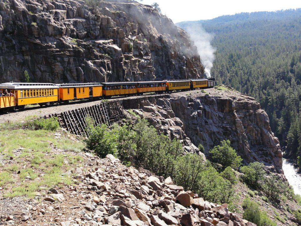 Le voyage en train dans les montagnes rocheuses