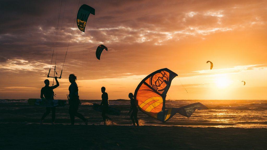 kitesurf avec coucher du soleil