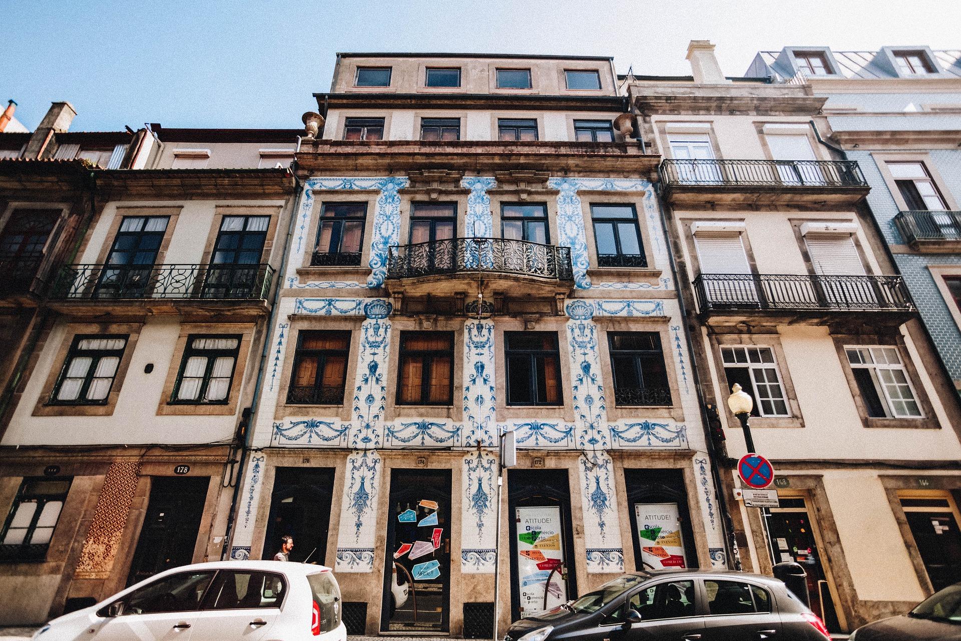 Porto et façade d'un bâtiment